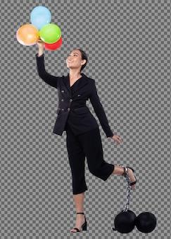Концепция финансовой свободы денег, азиатская бизнес-леди держит воздушный шар, свободно летая, в то время как шаровая цепь фиксирует ногу как долг, налог и бремя. изолированный белый фон