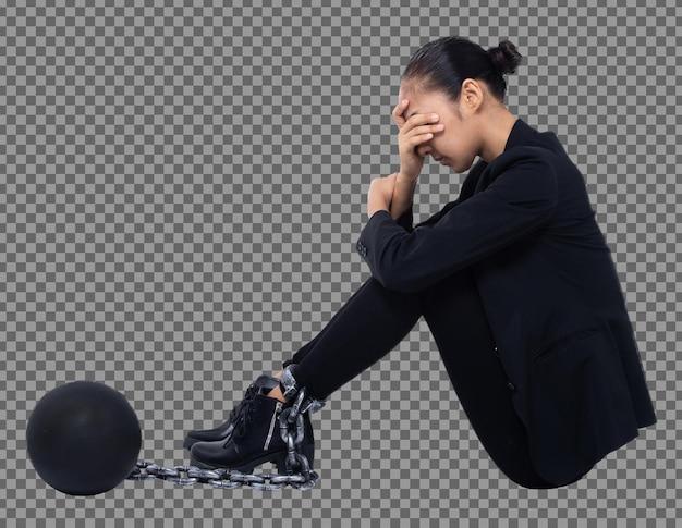 Концепция тяжелого долгового бремени крепко держится на ноге женщины. молодая женщина была заперта металлическим шаром-цепочкой как символ долга, налога, ссуды и чувства стресса. изолированный белый фон