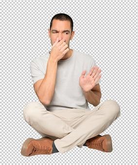 Обеспокоенный молодой человек с жестом отвращения