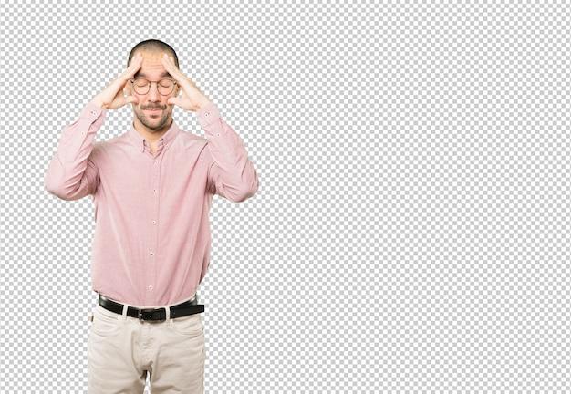 Обеспокоенный молодой человек с жестом стресса