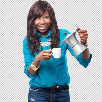 コーヒーを飲みながらクールな黒人女性