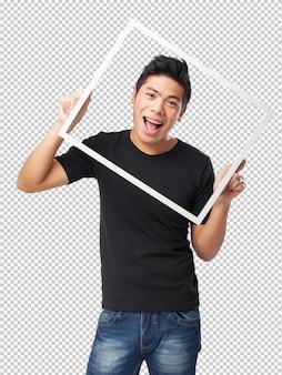 Крутой китайский мужчина держит черную рамку