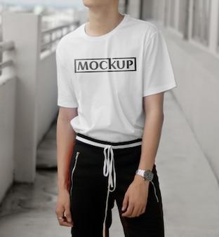 シャツとクールなモデルのモックアップ