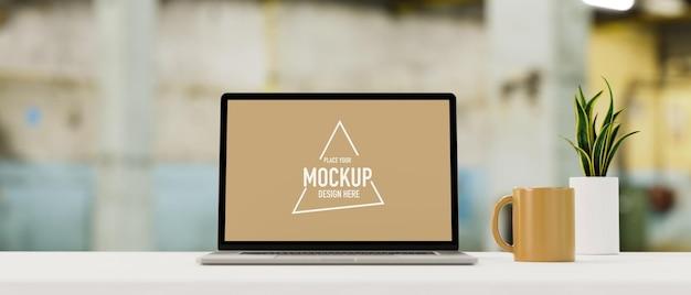 Скопируйте пространство на верхнем столе с пустым экраном, макет ноутбука, размытым кафе в фоновом режиме 3d-рендеринга