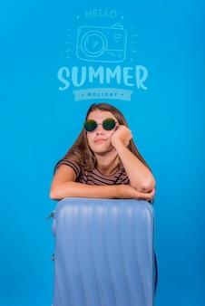 Copyspace макет на лето с радостной женщиной