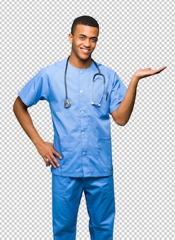 Хирург доктор мужчина держит copyspace мнимой на ладони, чтобы вставить объявление