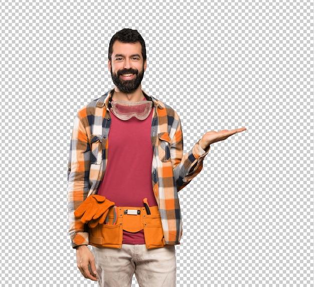 広告を挿入する手のひらに想像上copyspaceを保持している職人男