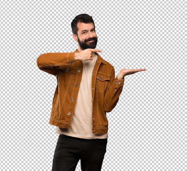 広告を挿入する手のひらに想像上のcopyspaceを保持しているひげを持つハンサムな男