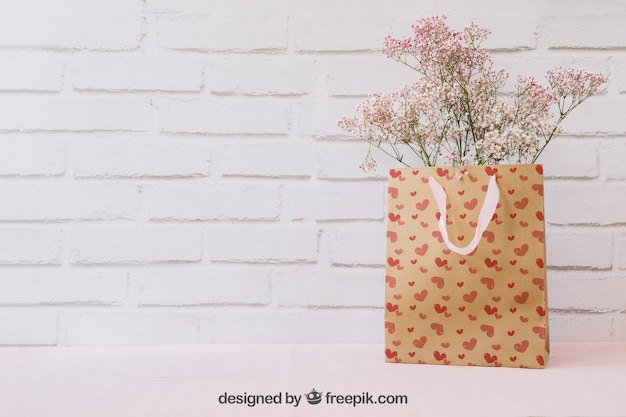 紙袋とcopyspaceの花
