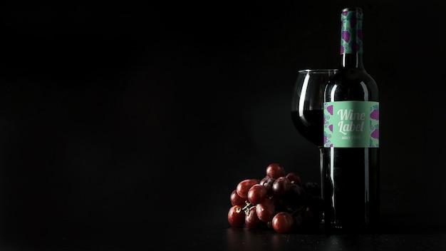 左にcopyspaceと装飾的なワインモックアップ