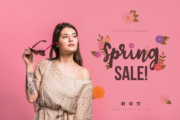 Copyspace макет для весенней распродажи с привлекательной женщиной