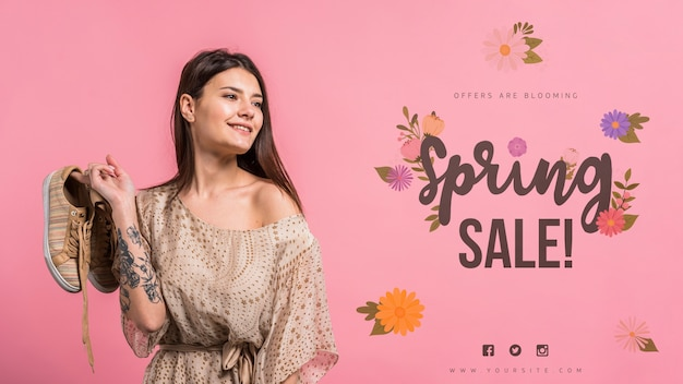 魅力的な女性との春の販売のためのcopyspaceモックアップ