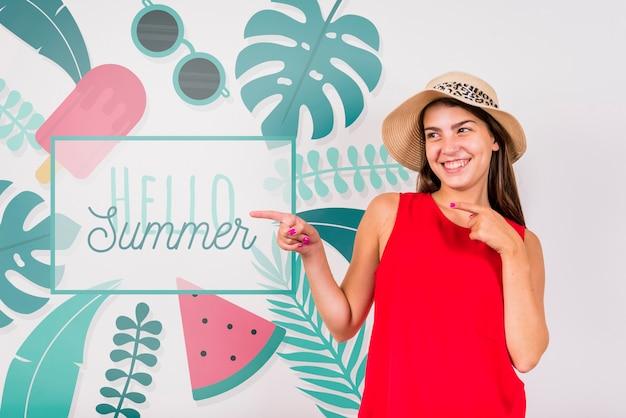 うれしそうな女性と夏のcopyspaceモックアップ