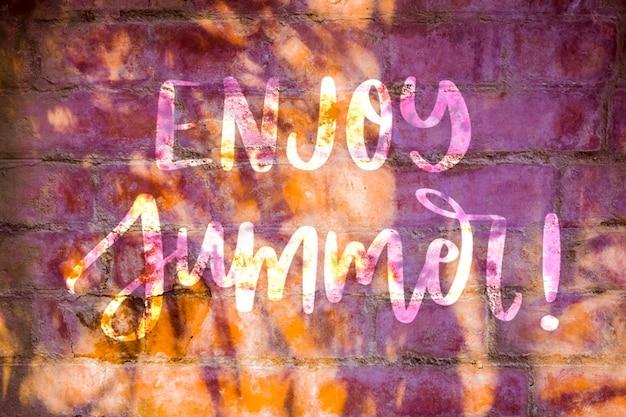 夏のレタリングのための壁にcopyspaceのモックアップ