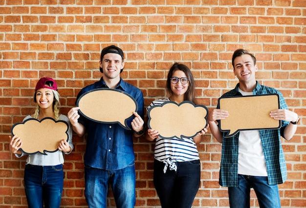 Счастливый молодых людей, подняв copyspace плакат мысли пузыри