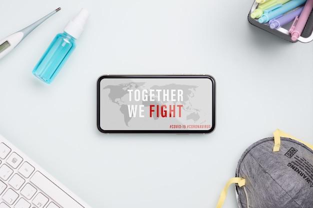코로나 바이러스 또는 코 비드 -19 발발은 코로나 바이러스 개념을 보호하기 위해 함께 싸 웁니다. 얼굴 마스크, 임상 온도계 및 사무실 테이블에 알코올 미니 손 소독 제 스프레이 이랑 휴대 전화.