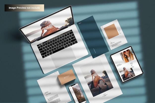 企業の文房具とラップトップ、トップビュー