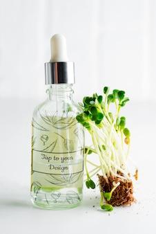 Косметический домашний лосьон или эфирное масло из натурального микрогрина в стеклянной бутылке
