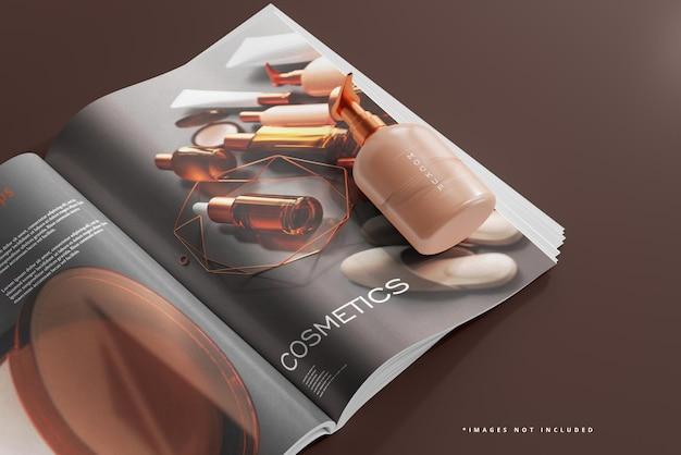 Flacone cosmetico con pompa e mockup di riviste