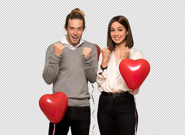 Пара в день святого валентина празднует победу в позиции победителя