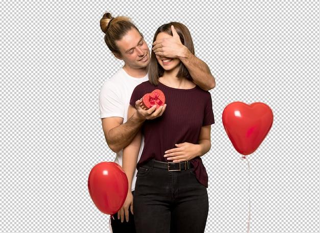 Пара в день святого валентина, держа подарочную коробку