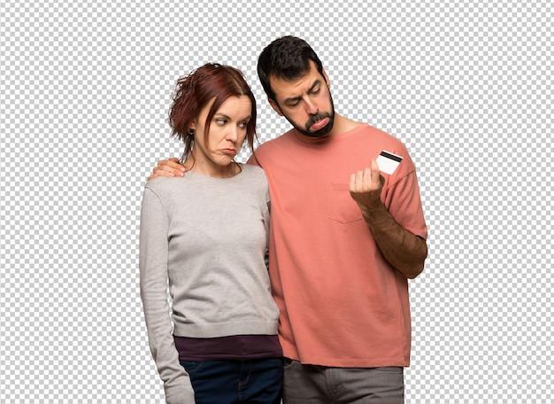 Пара в день святого валентина, принимая кредитную карту без денег