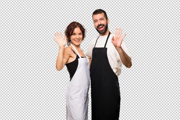 幸せな表情で手に敬礼する夫婦のカップル