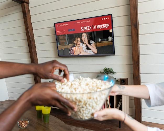 Пара смотрит netflix на макете экрана телевизора