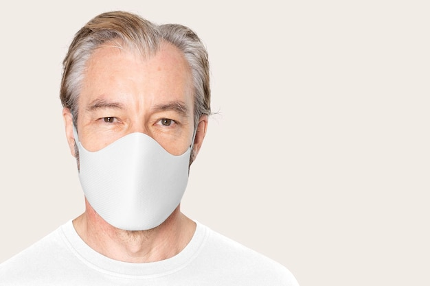 Mockup di maschera facciale covid-19 in abbigliamento unisex di protezione bianca