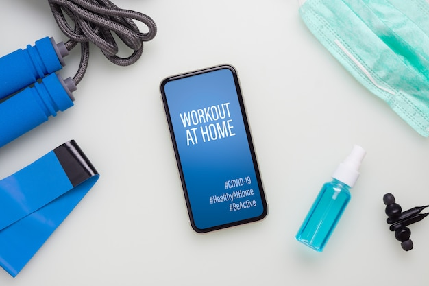Covid-19パンデミック時のモックアップ携帯電話workout at homeコンセプト。