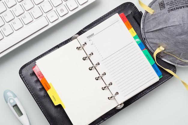 Covid-19コロナウイルスのノートブックは在宅勤務のコンセプトです。