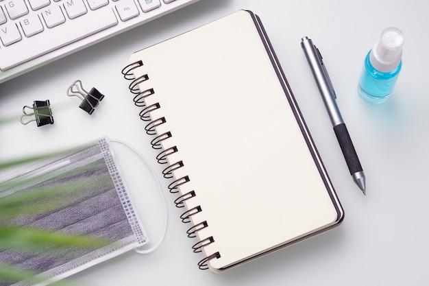 Covid 19在宅コンセプトの空白のノートブック。