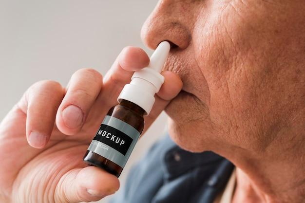 点鼻薬のモックアップを使用しているcovid19高齢者