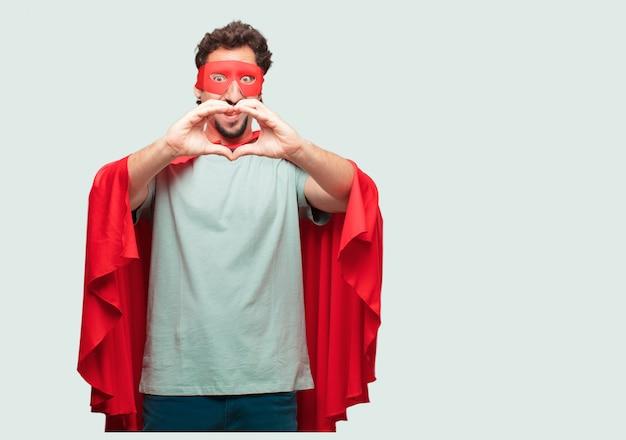 横に立っているスーパーヒーローとしての狂った男、笑顔で、幸せと恋に見える