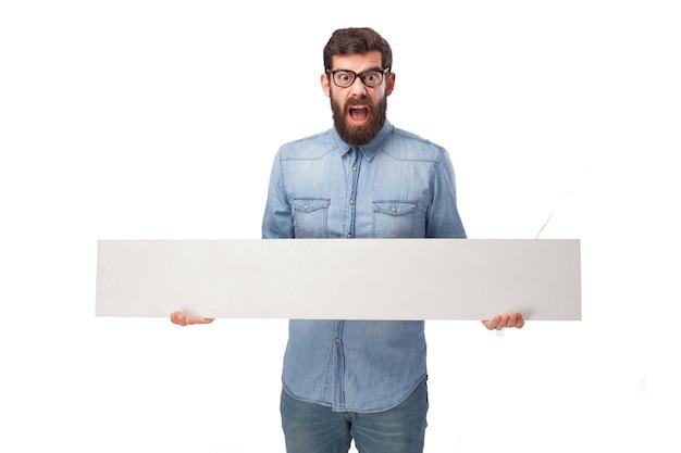 Сумасшедший человек держит в руках плакат
