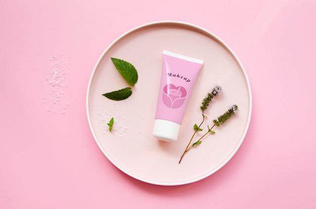 Крем-бутылка макет на розовом фоне
