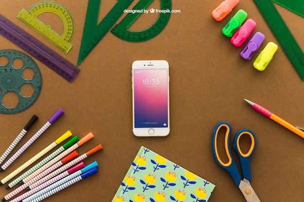 Концепция творческого искусства со смартфоном и ножницами