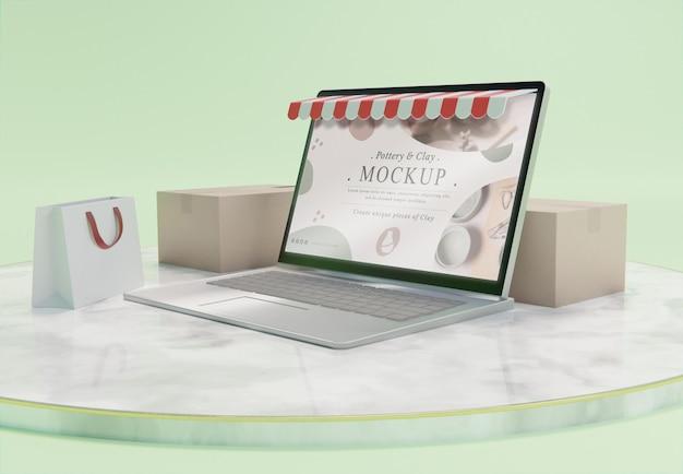 ノートパソコンのモックアップを使用したクリエイティブなビジネス構成