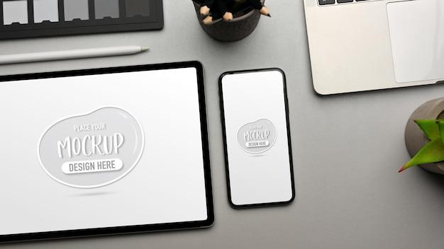 Креативное плоское рабочее пространство с цифровым планшетным смартфоном и принадлежностями, вид сверху