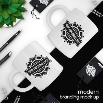 クリエイティブでモダンなコーヒーカップと販売タグのモックアップ