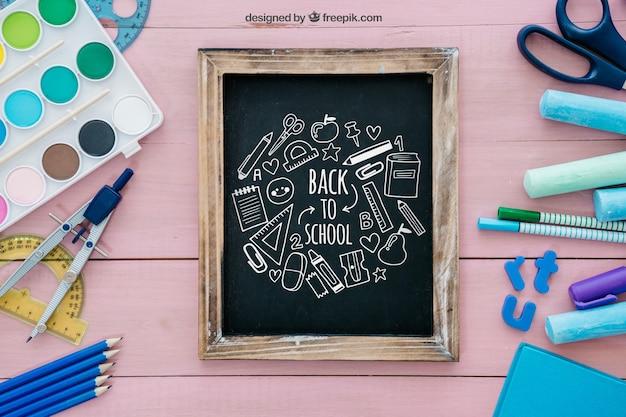 Творческая розовая спина к школьной композиции со сланцем