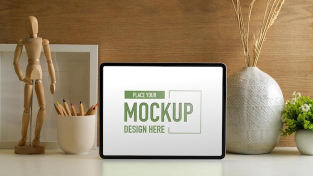 디지털 태블릿 모형, 연필 및 홈 오피스 장식이있는 창의적인 작업 공간