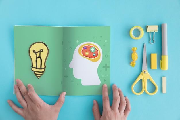 Concetto di creatività con brochure aperta