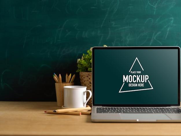 教室でのモックアップノートパソコンのクロップドショット
