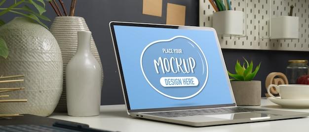 作業テーブルの上のノートパソコンを模擬のショットをトリミング