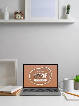 Обрезанный снимок современного домашнего офиса с макетом ноутбука