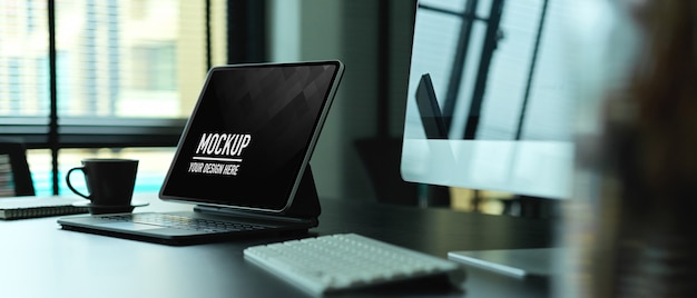 Обрезанный снимок офисного стола с макетом цифрового планшета