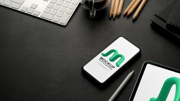 Обрезанный снимок рабочего места с макетом смартфона