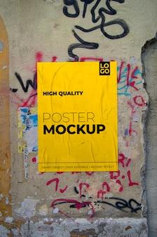 Mockup di poster sbriciolato