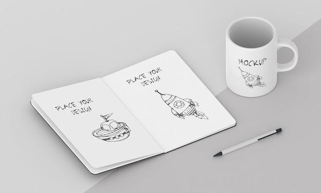 Mock-up di tazza personalizzata con blocco note